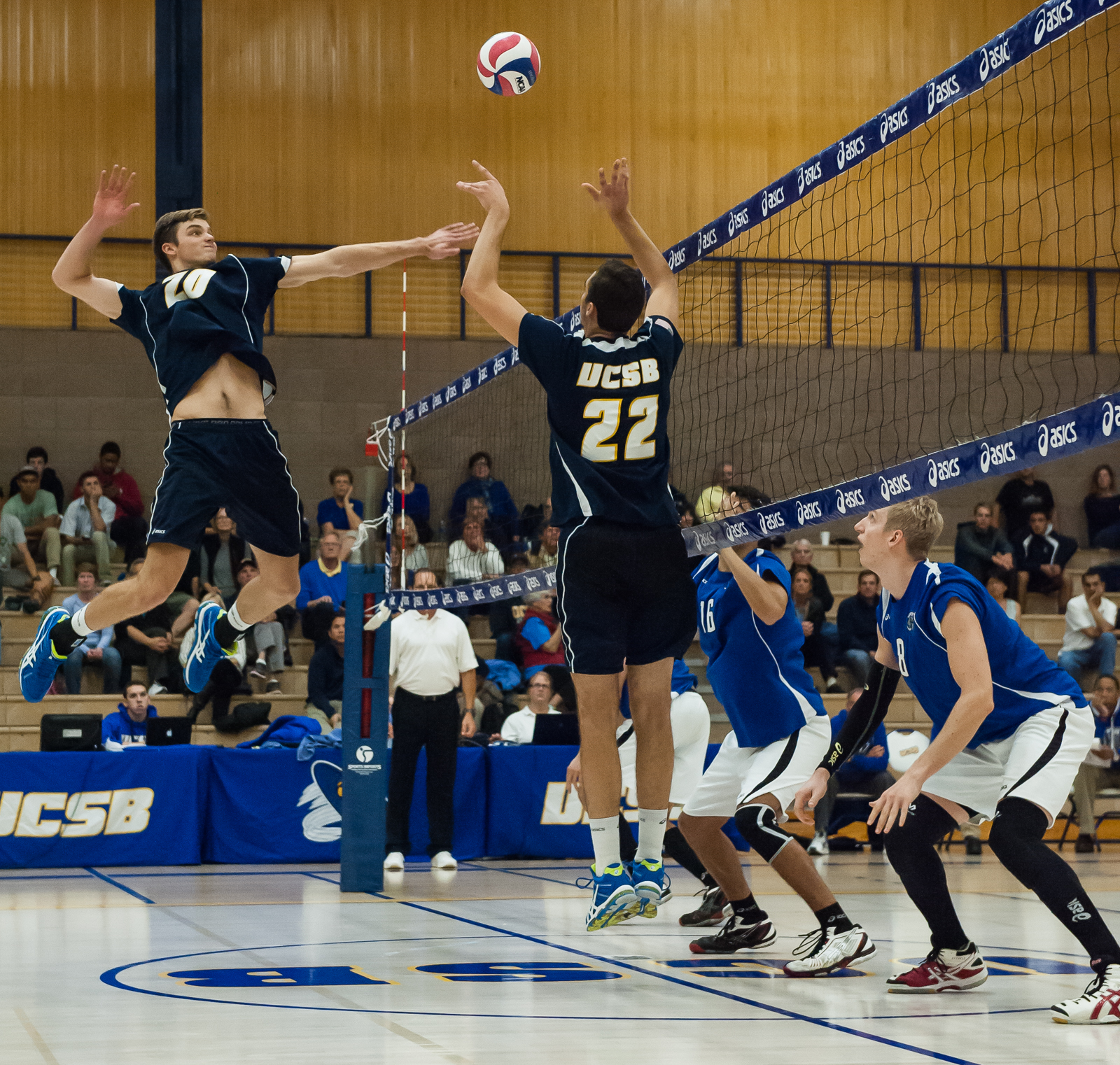 Middle hitter Ryan Hardy prepares to swing off of a set from teammate Jonah Seif. Kenneth Song/Daily Nexus