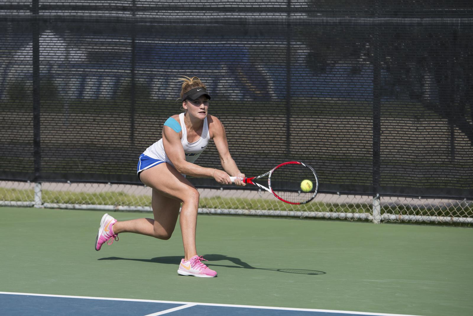 Jaimee Gilbertson rushes to return an angled shot to her backhand side. Eric Swenson/Daily Nexus