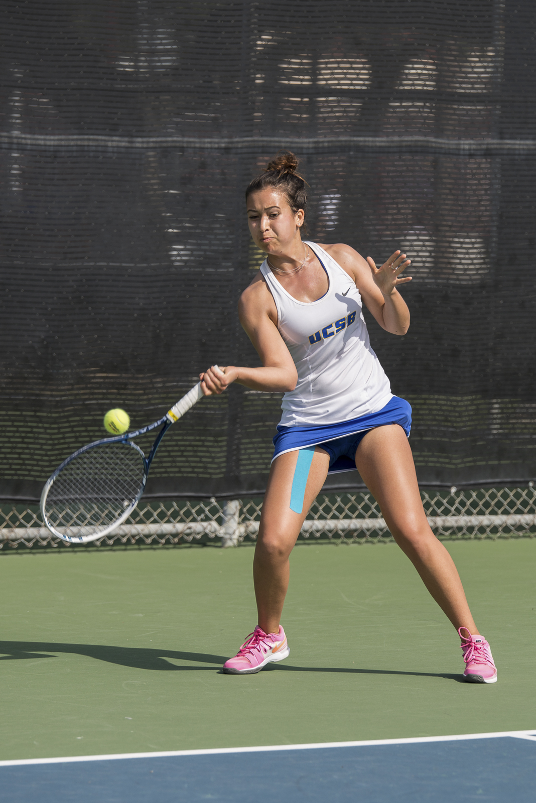 Stacy Yam returns a powerful forehand swing to the baseline. Eric Swenson/Daily Nexus