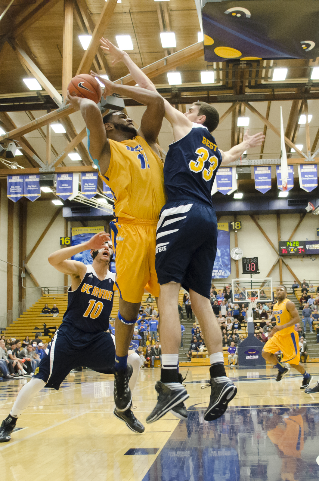 'Big Al' Williams dominates an Anteater as he drives for the hoop. Sam Aragon/Daily Nexus