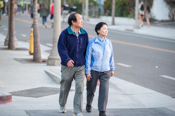 Chancellor Yang and Dilling Yang walk through Isla Vista