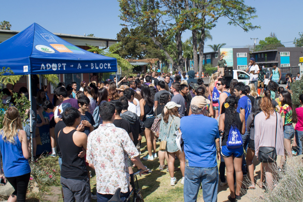 Students and community members waited eagerly to get their buckets and grapplers Sunday morning to clean up the streets of Isla Vista. Paris Cullen/Daily Nexus