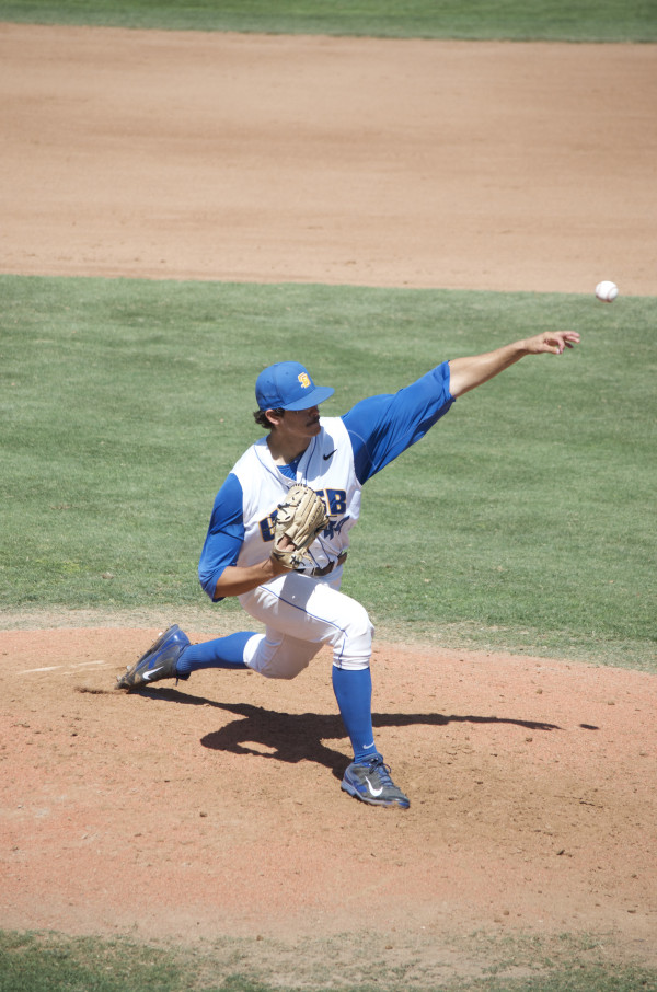 Justin Jacome pitches the ball to his opponent. Christina DeMarzo/Daily Nexus