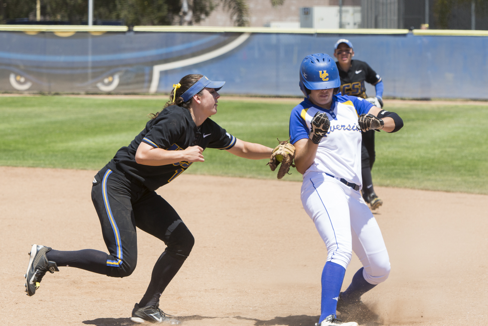 Jenessa Jeppesen tags a runner out at first base. Dustin Harris/Daily Nexus