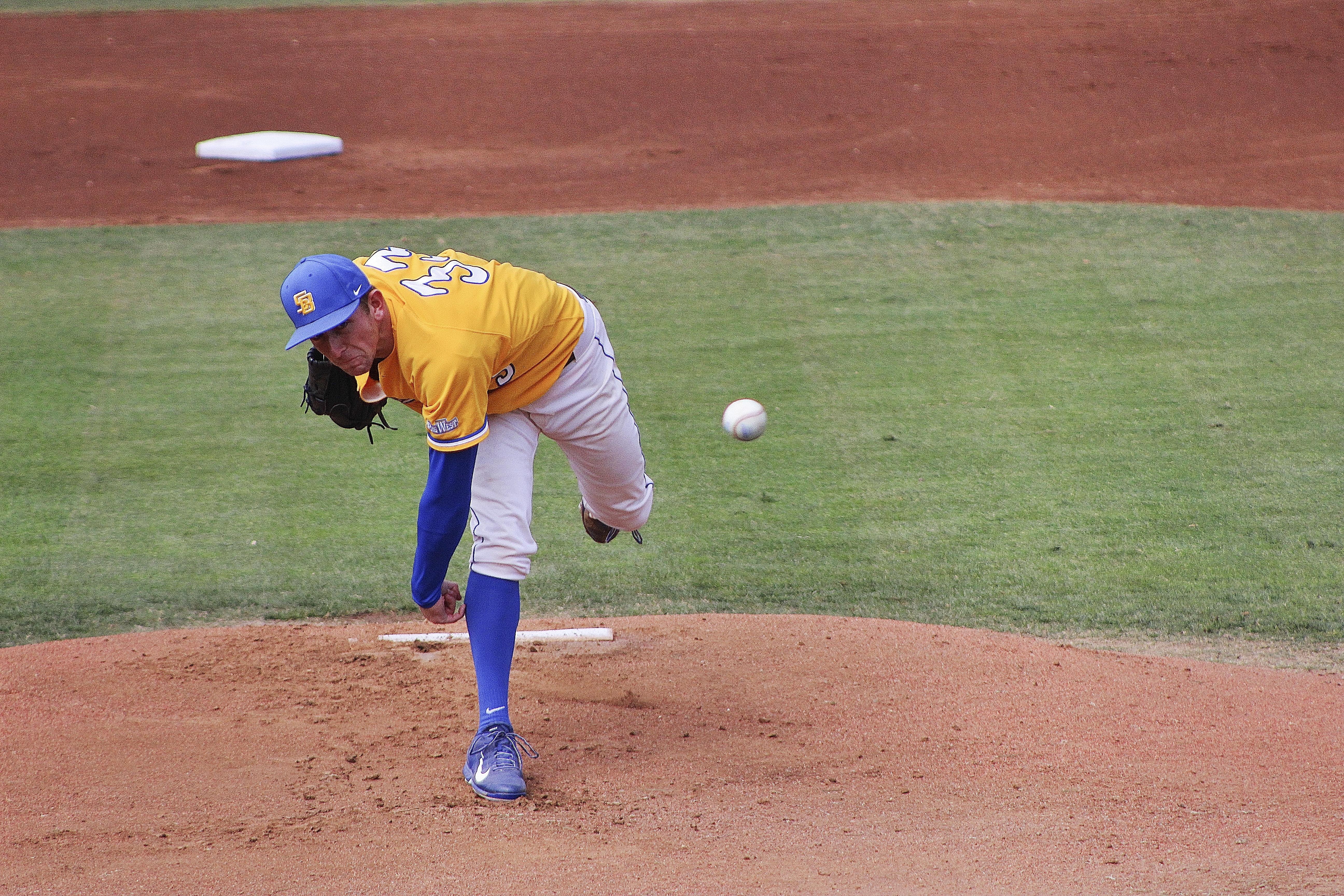 Domenic Mazza throws a pitch. Jose Ochoa/Daily Nexus