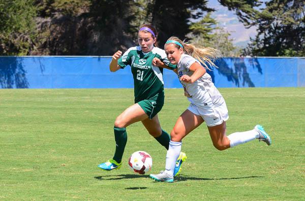 Hannah Dearborn moves the ball toward the goal. Christina DeMarzo/Daily Nexus