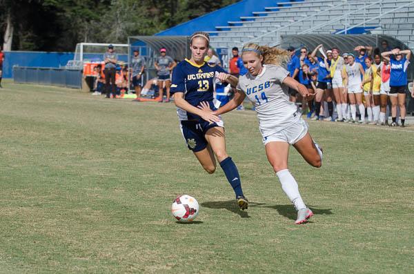 Amanda Ball pushes the ball towards the goal. Christina DeMarzo/Daily Nexus