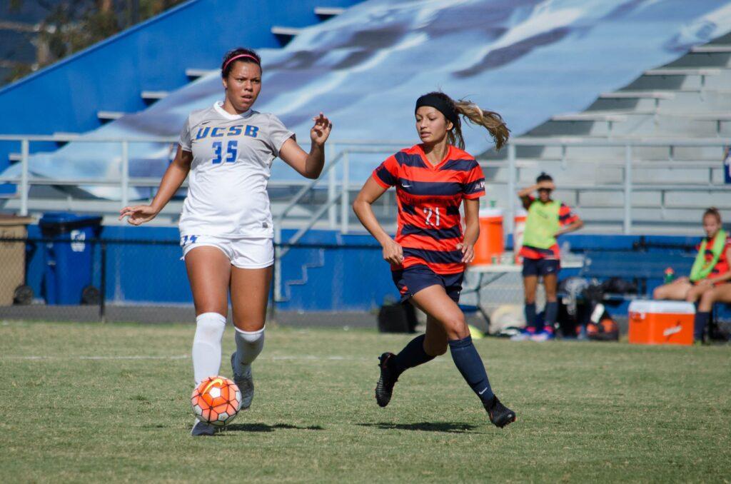 Shaelan Murison runs the ball towards the goal. Christina DeMarzo / Daily Nexus