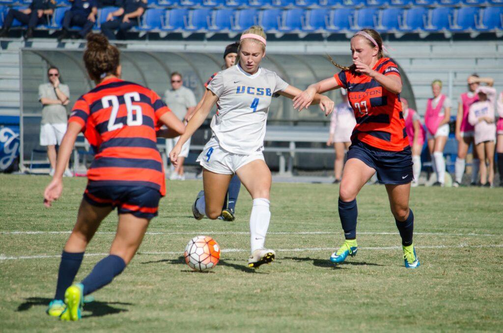 Hailey Barrett runs past defenders towards the goal. Christina DeMarzo / Daily Nexus